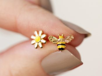 mismatched bee and daisy stud earrings in gold 0v8a3346 900x900